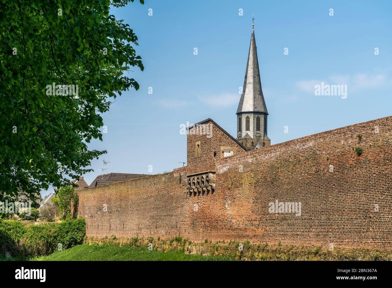Stadtmauer und Pfarrkirche St. Martinus in der Stadt Zons, Dormagen, Niederrhein, Nordrhein-Westfalen, Deutschland, Europa    City wall and Parish chu Stock Photo