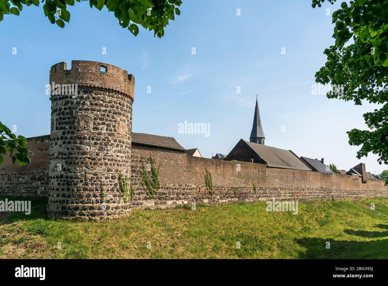 Stadtmauer, Krötschenturm und Pfarrkirche St. Martinus in der Stadt Zons, Dormagen, Niederrhein, Nordrhein-Westfalen, Deutschland, Europa    City wall Stock Photo