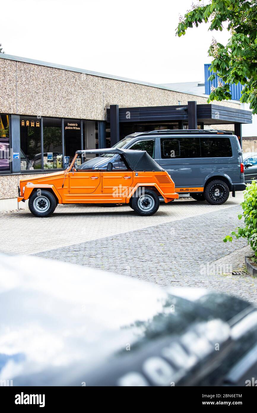 "VW 181 Kübelwagen ""The Thing"", dahinter ein VW Bus T6 in Offroad-Campingausführung Stock Photo"