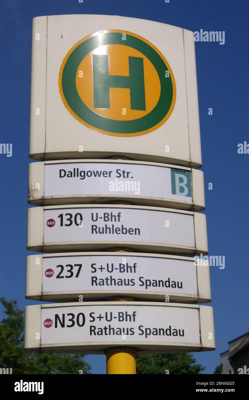 Die in Berlin-Spandau befindliche BVG-Bushaltestelle Dallgower Straße. Stock Photo