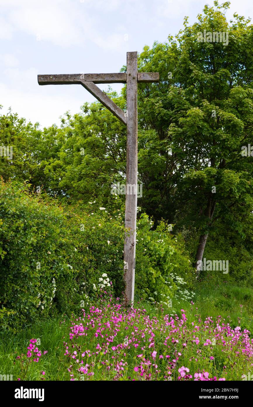 """Great Gonerby gibbet. On the Great North Road at Gunnerby Hill, notorious for highway robbery in the 17th century. An attached sign reads """"This gibbe Stock Photo"""