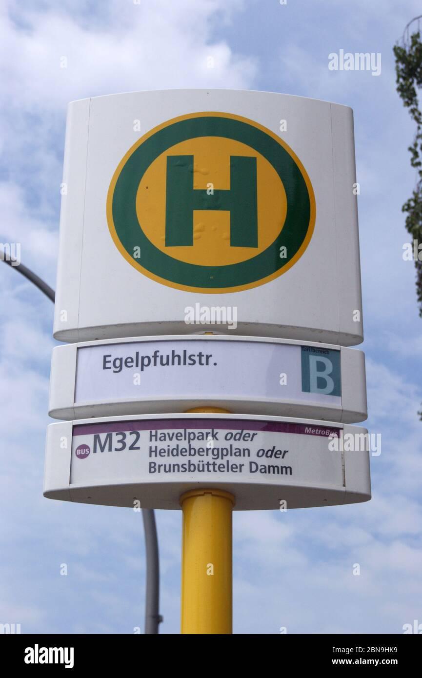 Die in Berlin-Spandau befindliche BVG-Bushaltestelle Egelpfuhlstraße. Stock Photo