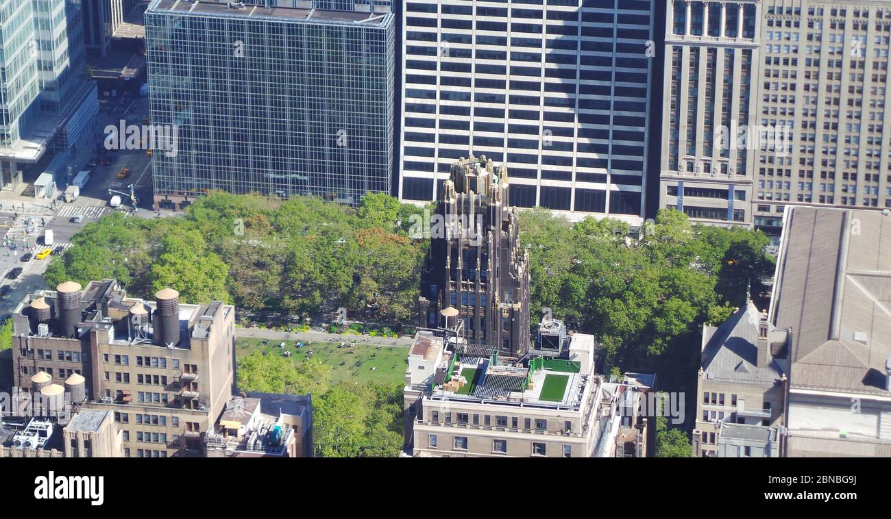 A bird's eye view of the American Radiator Building surrounded by trees under the sunlight at daytime Stock Photo