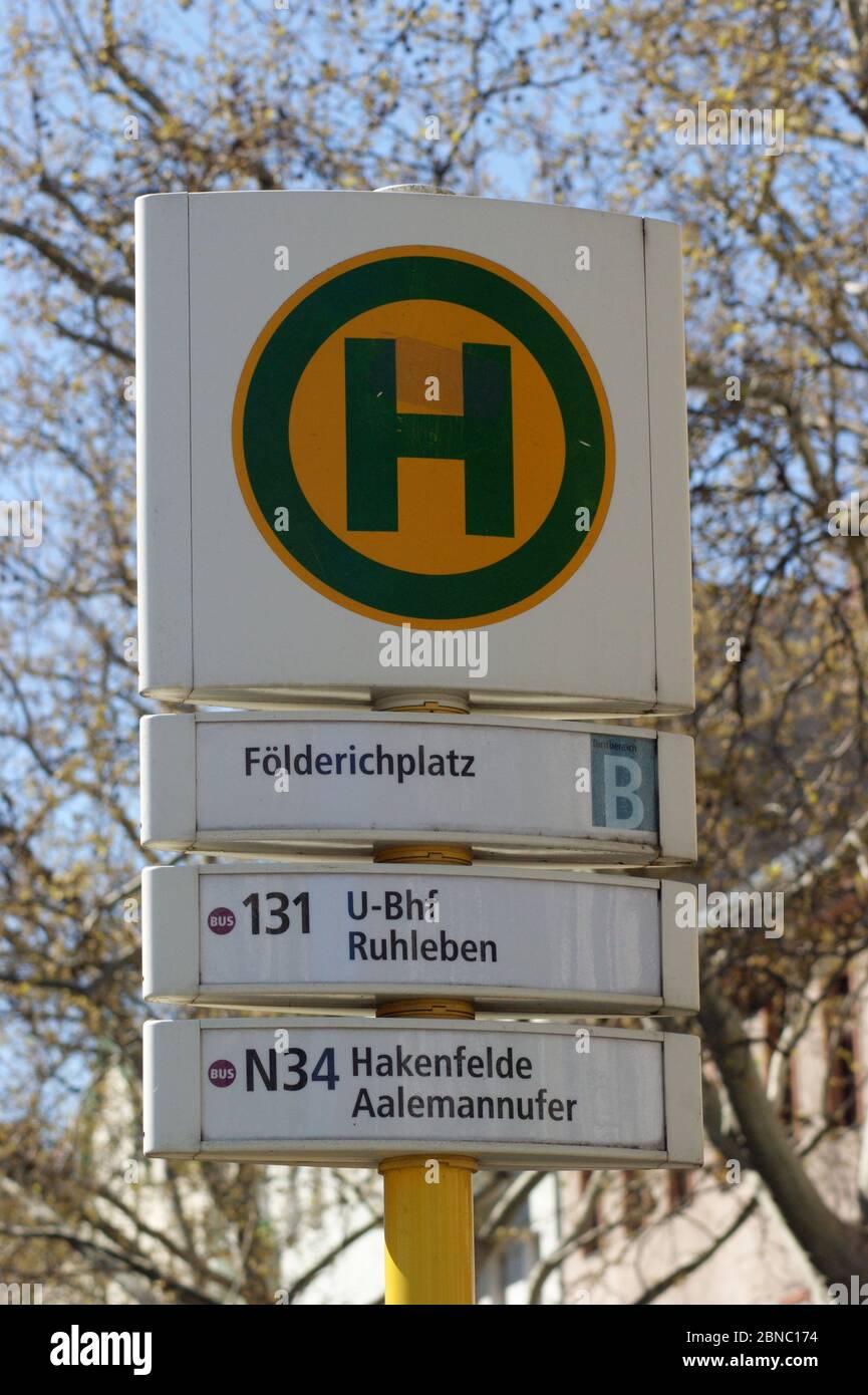 Die in Berlin-Spandau, Ortsteil Wilhelmstadt, befindliche BVG-Bushaltestelle Földerichplatz in Der Adamstraße Ecke Földerichstraße. Stock Photo