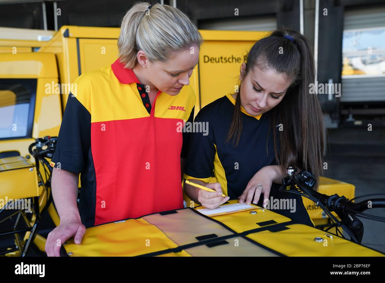 Fototermin '10.000ster StreetScooter bei Deutsche Post DHL Group' in Koeln Stock Photo