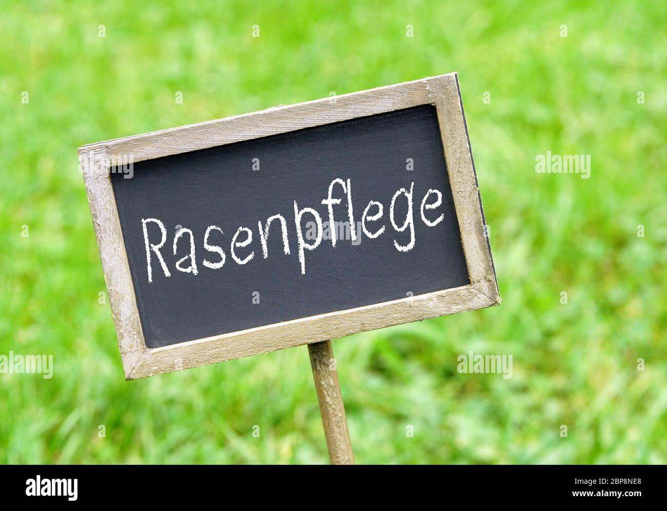 Rasenpflege Schild auf Rasen Stock Photo