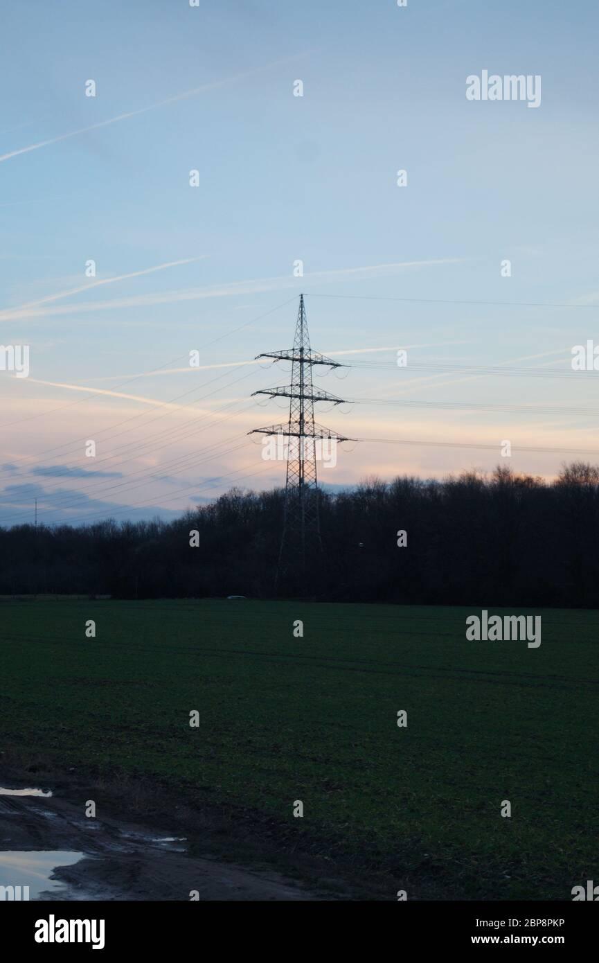Stromleitungen an einem Sommerabend nahe Bonn Stock Photo