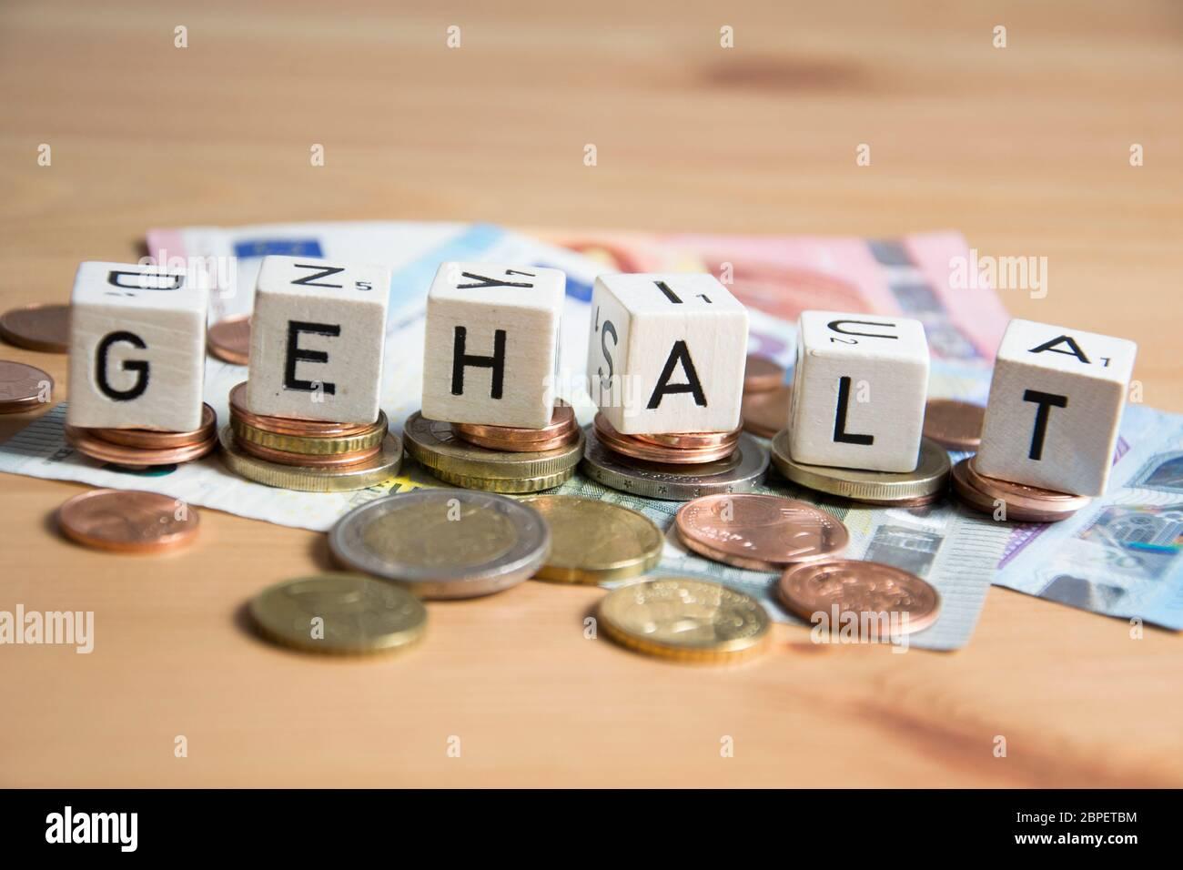 Würfel mit dem Wort Gehalt Stock Photo