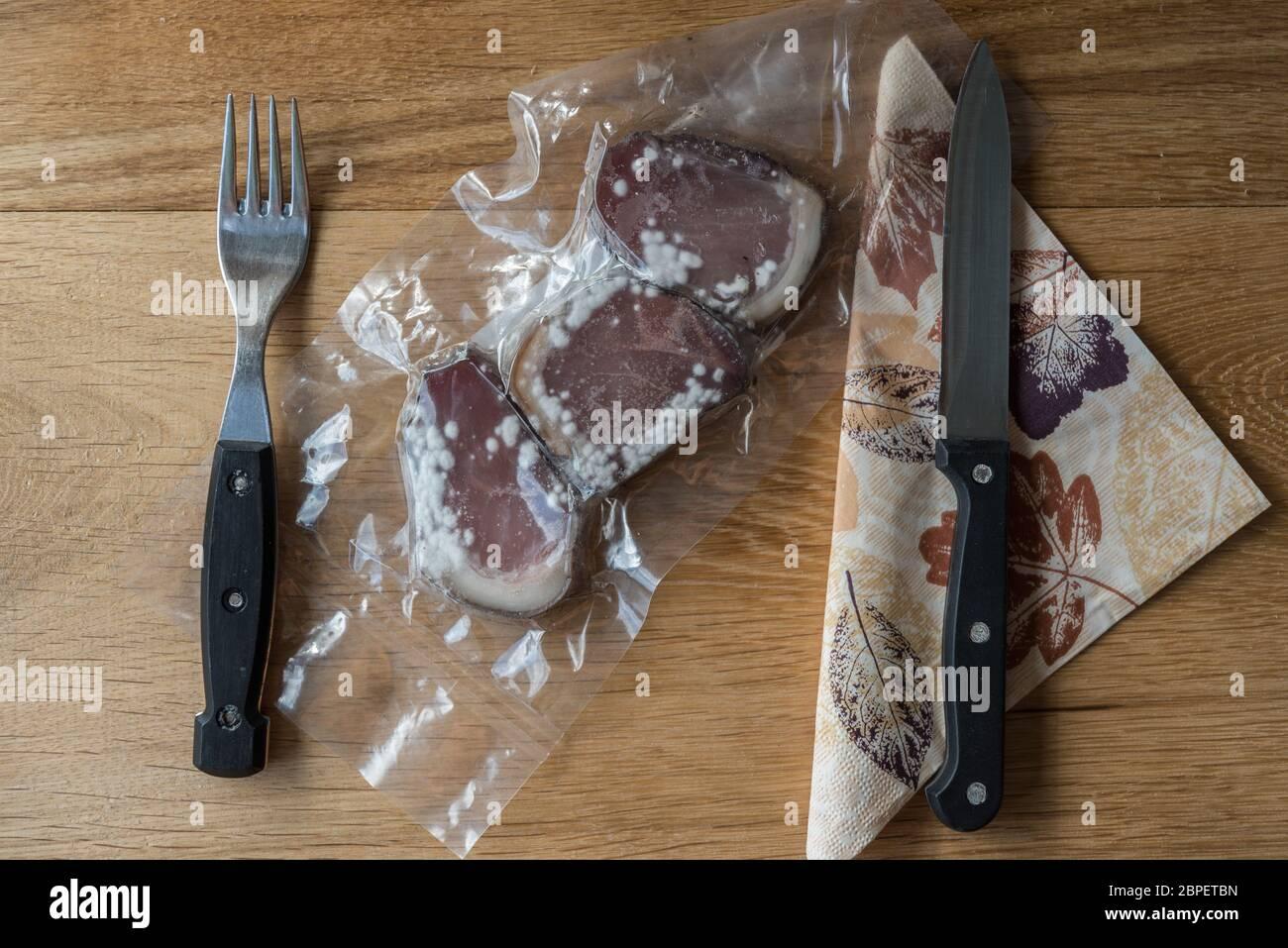 schimmelig gewordene Lebensmittel  - Nahaufnahme verdorbener Speck Stock Photo
