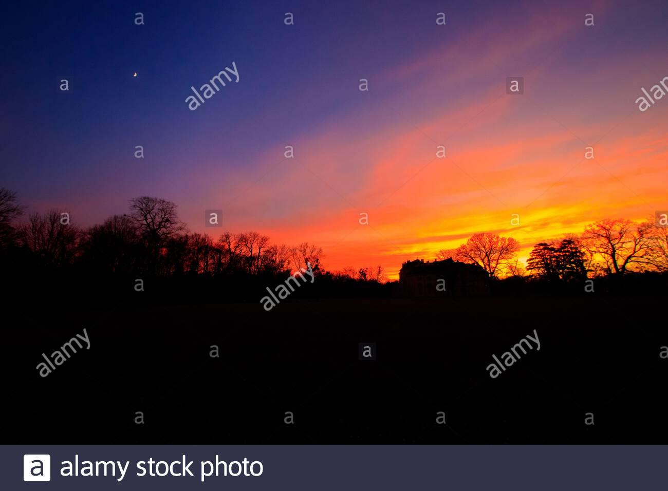Farbenprächtiger Sonnenuntergang im Schlosspark von Laxenburg Stock Photo