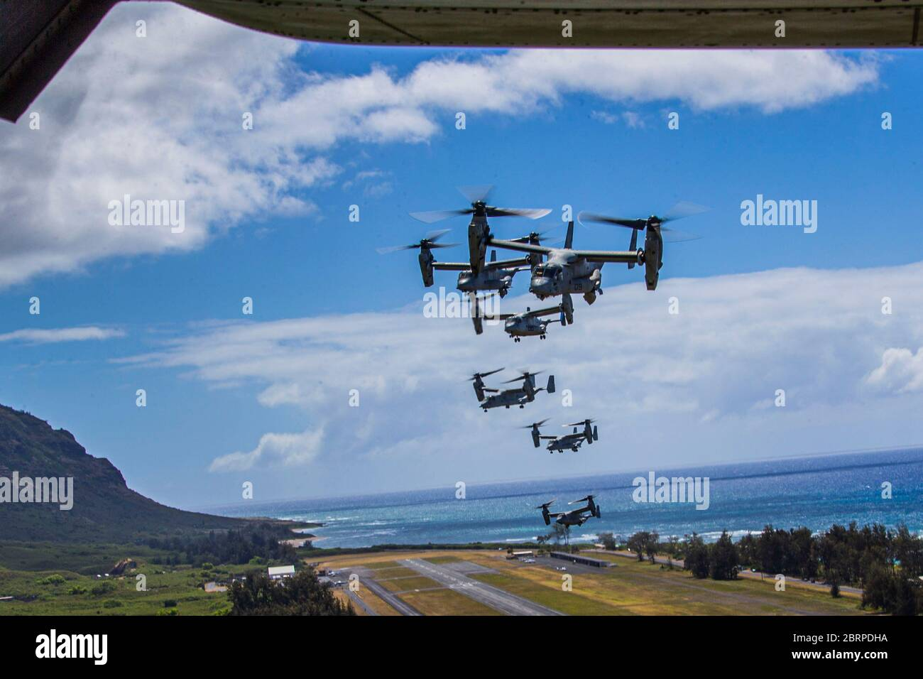 U.S. Marines with Marine Medium Tiltrotor Squadron 363, Marine Aircraft Group 24, fly in formation during an integrated training mission, Marine Corps Air Station Kaneohe Bay, Marine Corps Base Hawaii, May 19, 2020. Utilizing three separate flying platforms, MAG-24 successfully launched seven CH-53E Super Stallions, seven MV-22B Ospreys, and two UH-1Y Venoms while hitting critical training objectives to produce maximum readiness. (U.S. Marine Corps photo by Lance Cpl. Jacob Wilson) Stock Photo
