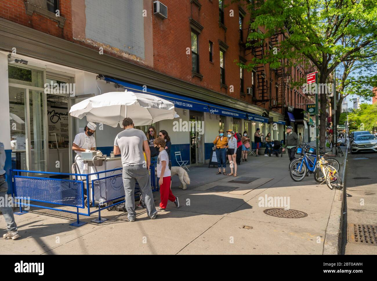 Morgenstern's Ice Cream stand, following social distance guidelines, in Greenwich Village in New York on Sunday, May 17, 2020. (© Richard B. Levine) Stock Photo