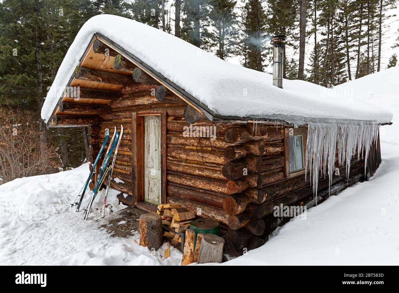Mt00519 00 Montana Rental Mcdonald Log Cabin At The Ghost Town Of Garnet Accessed In The Winter By Ski Or Snowmobile Stock Photo Alamy