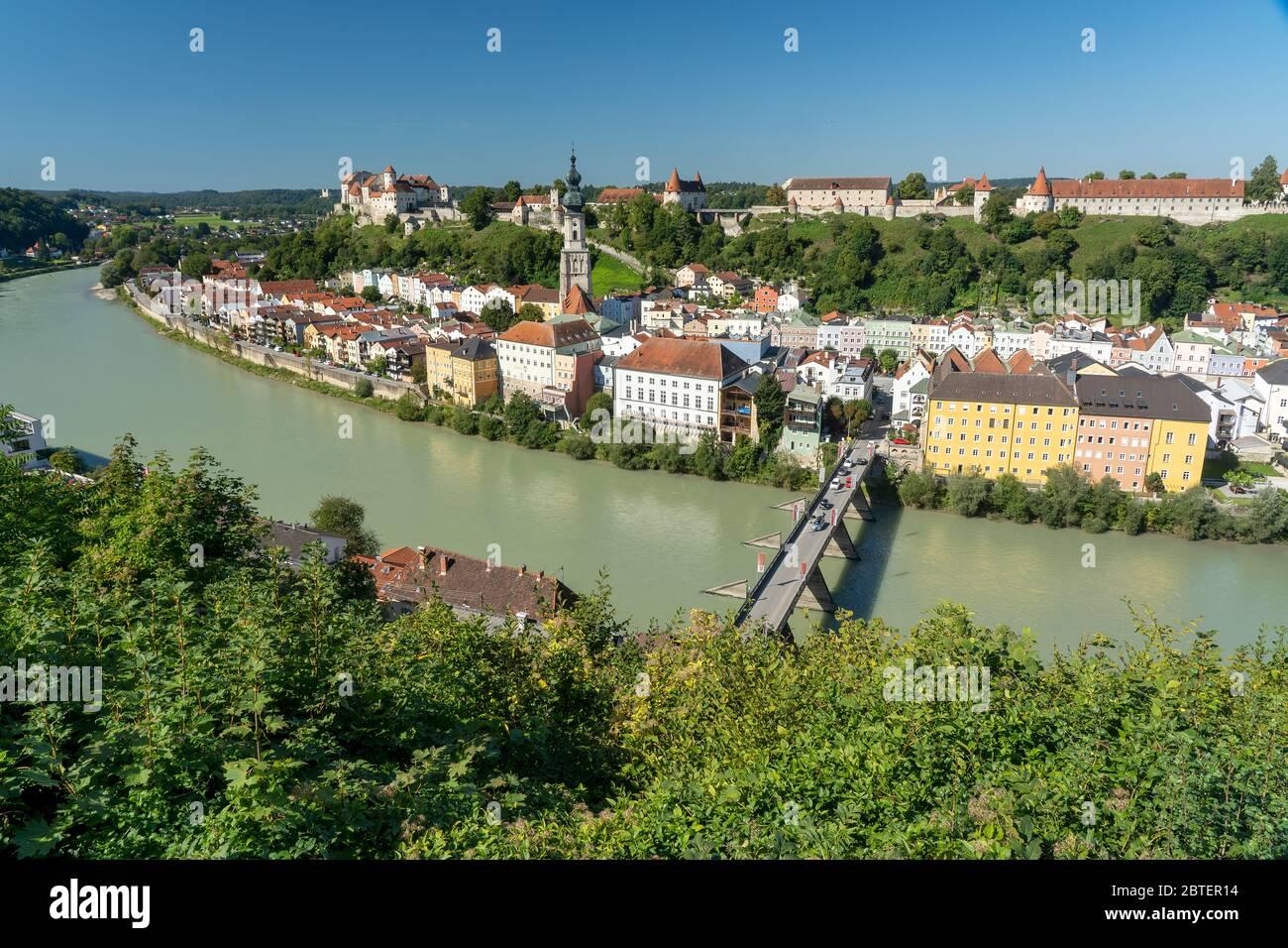 Die Altstadt von Burghausen mit der Burg hoch über der Stadt an der Salzach gelegen Stock Photo