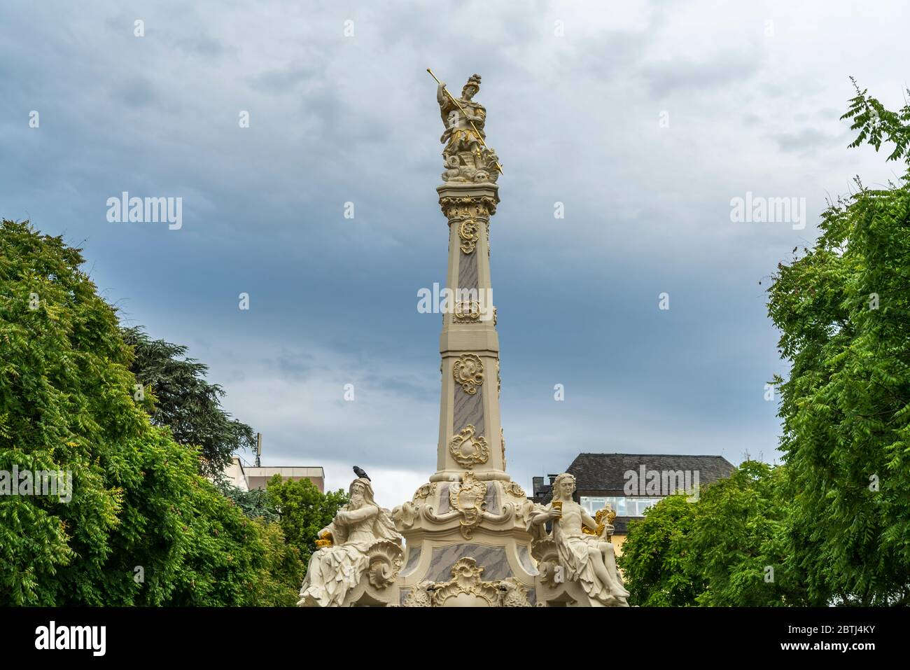 Rokokobrunnen Sankt Georgsbrunnen auf dem Kornmarkt in Trier, Rheinland-Pfalz, Deutschland  | Saint George`s Fountain on Kornmarkt in Trier, Rhineland Stock Photo