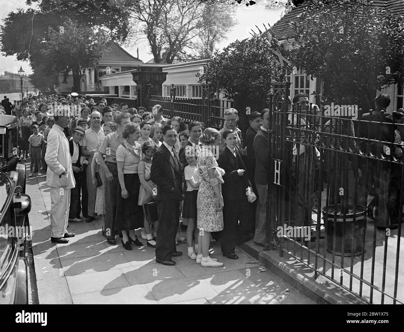 Long queue at Hammersmith open-air baths. Hundreds of people sought refuge from the heat at the Hammersmith open-air baths. A long queue waited for admission throughout the afternoon. Photo shows, the queue at Hammersmith baths. 29 May 1937 Stock Photo