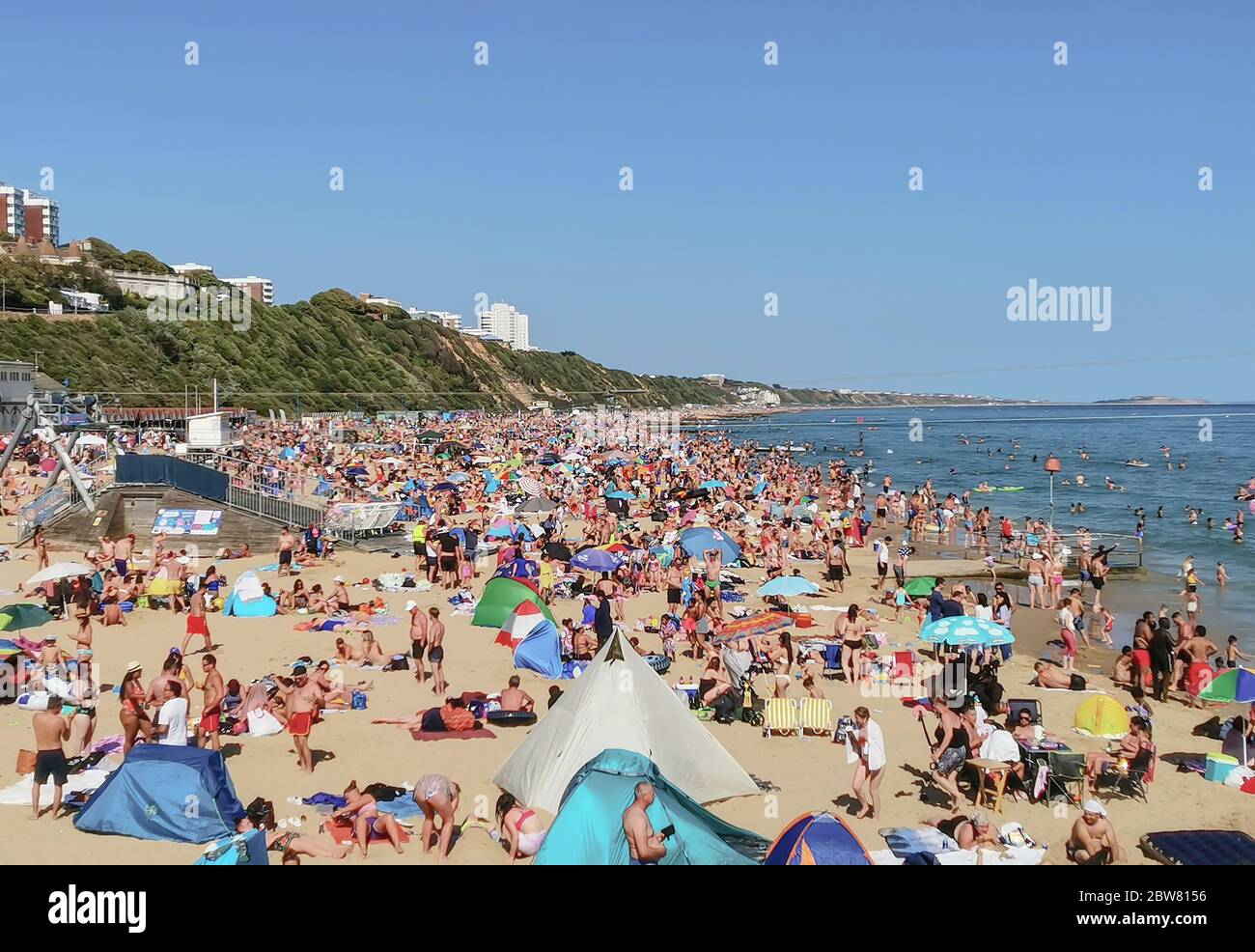 Bournemouth, UK. 30th May 2020. Bournemouth, UK.  Thousands of people descend on Bournemouth beach, many ignoring social distancing rules and crowding the beach and sea. Credit: Thomas Faull/Alamy Live News Stock Photo