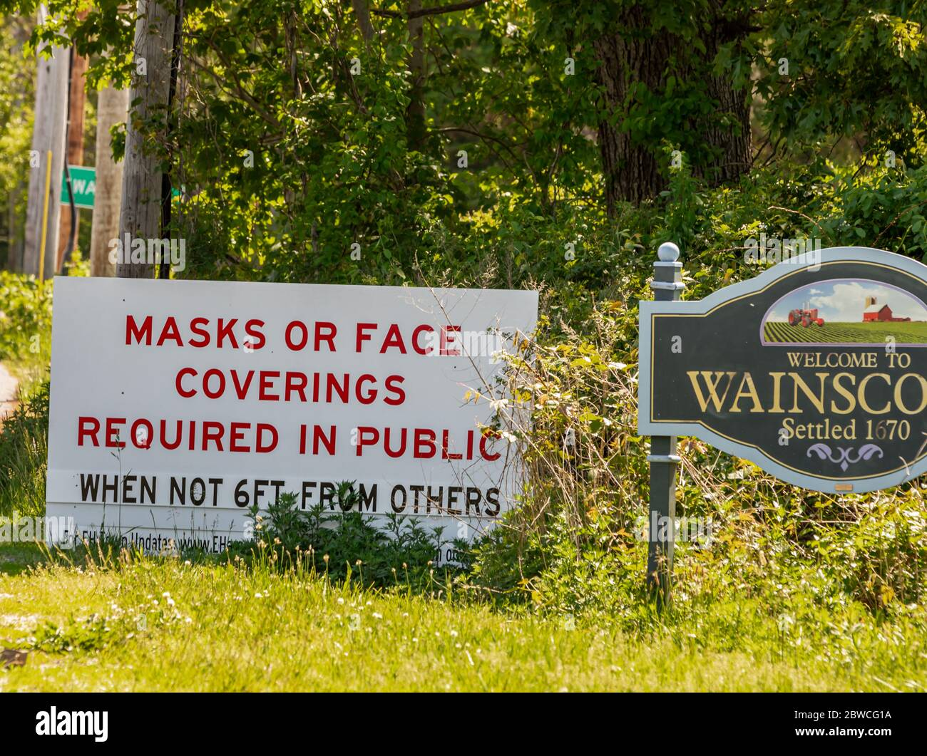 Welcome sign to Wainscott, NY and notice of required masks or face coverings due to Covid 19 Stock Photo