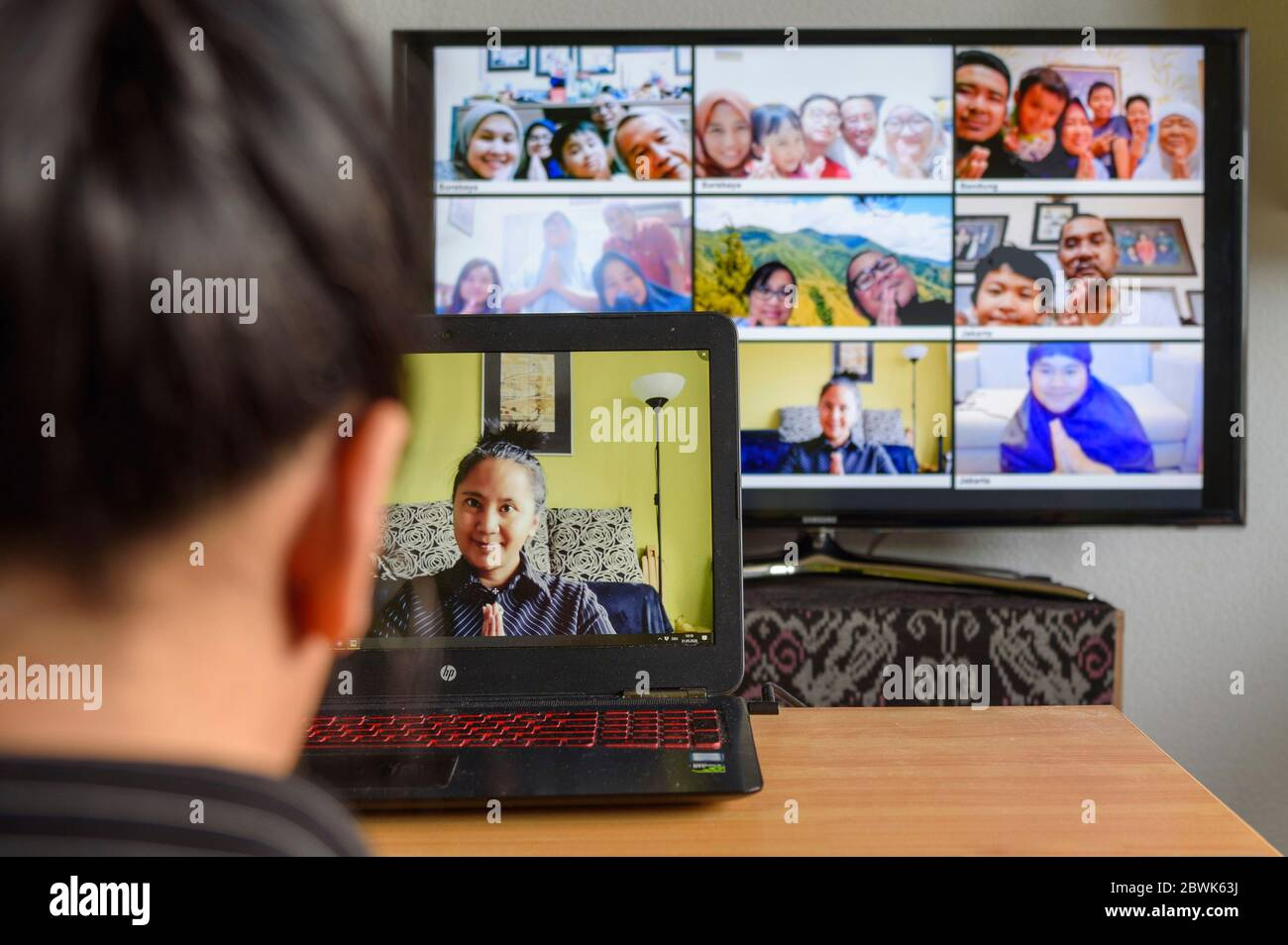 Digital Meeting: Eine große Familie, die über mehrere Kontinente verteilt wohnt, trifft sich online zum Digital Fest nach dem Ende des Ramadans in Corona-Zeiten (Model Release der Beteiligten liegt vor, Namen unter den Porträts wurden digital verändert). Nürnberg, 31.05.2020 | usage worldwide Stock Photo