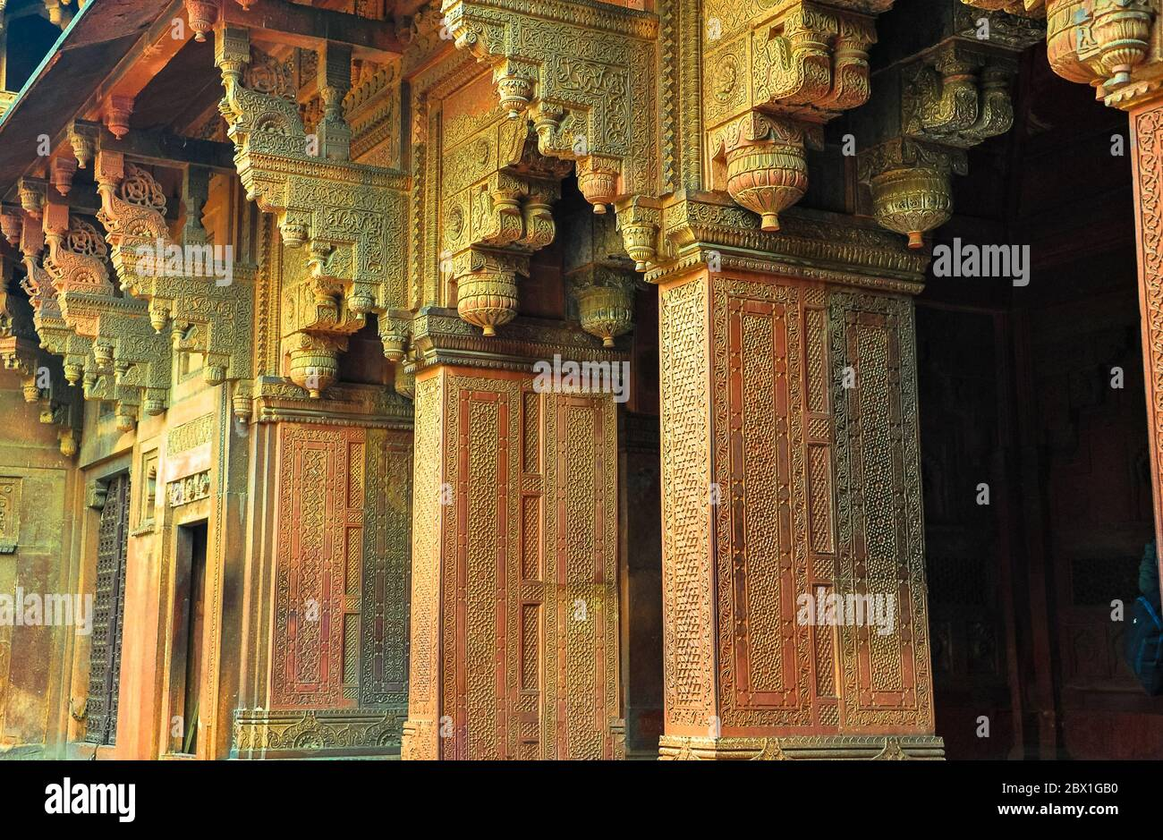 Massive red sandstone pillars, intricately carved. Interior courtyard at the Agra Fort, Uttar Pradesh, India. Stock Photo