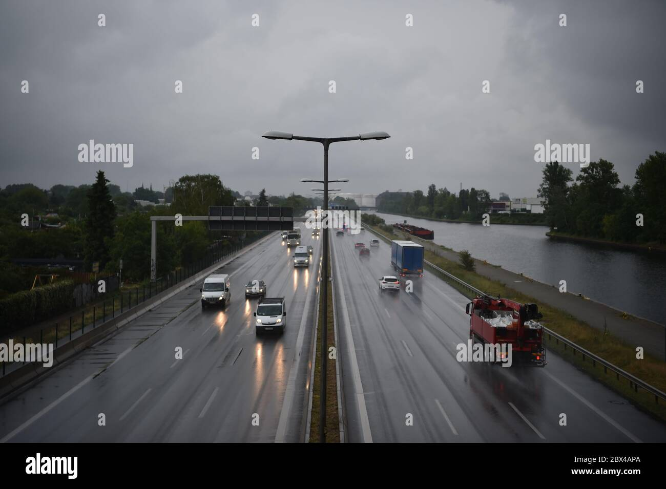 Berlin, Germany. 05th June, 2020. Vehicles drive in the rain on the A100 motorway next to the Westhafen Canal. Credit: Sven Braun/dpa/Alamy Live News Stock Photo