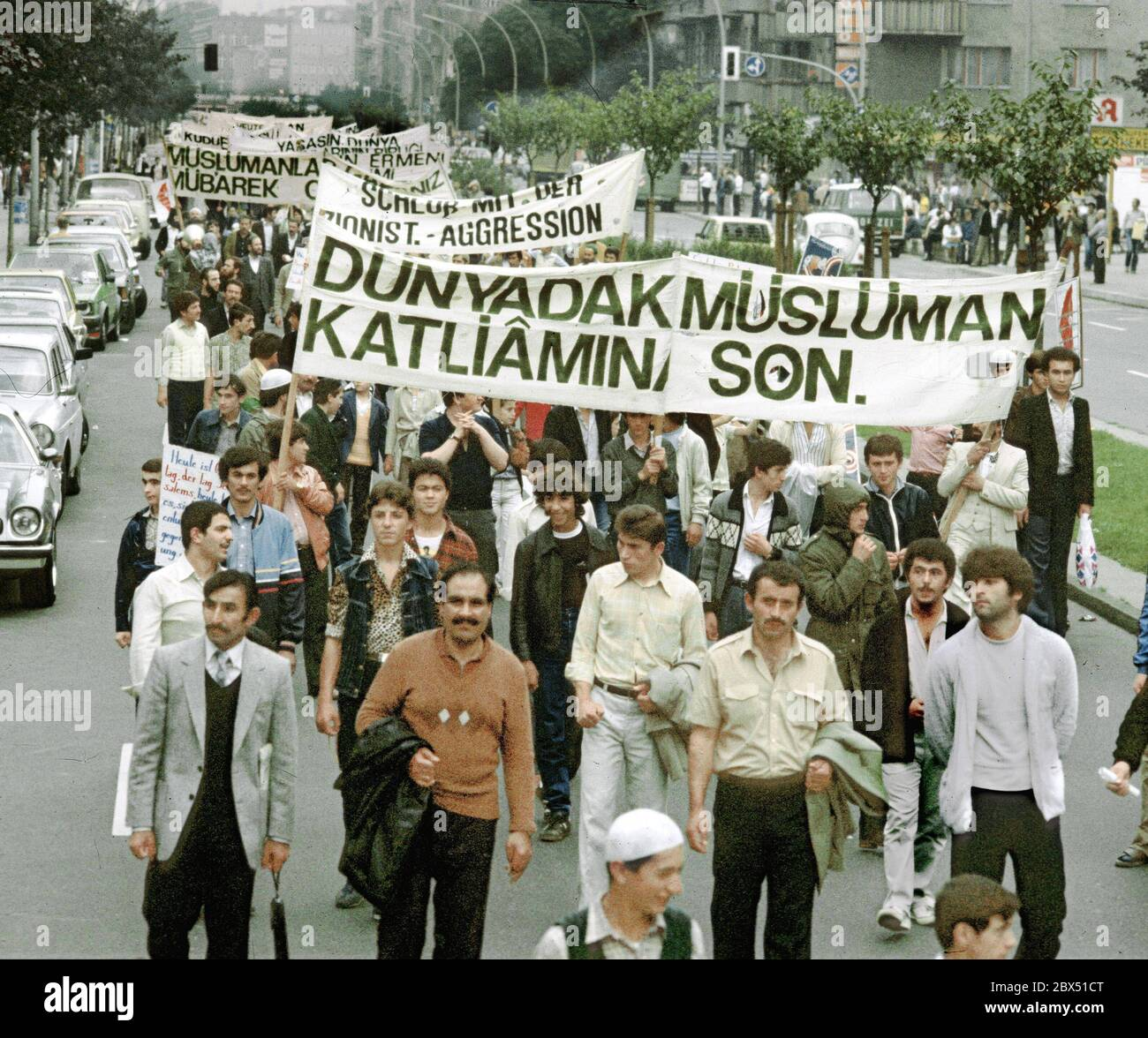 Berlin / Foreigners / Turks / 1.8.1981 Berlin-Kreuzberg: Islamic groups, especially Turkish ones, protest against the assassination of Bakr Al Sadr in Iraq by Saddam Hussein and against the Soviet occupation of Afghanistan // Islam / Actions [automated translation] Stock Photo