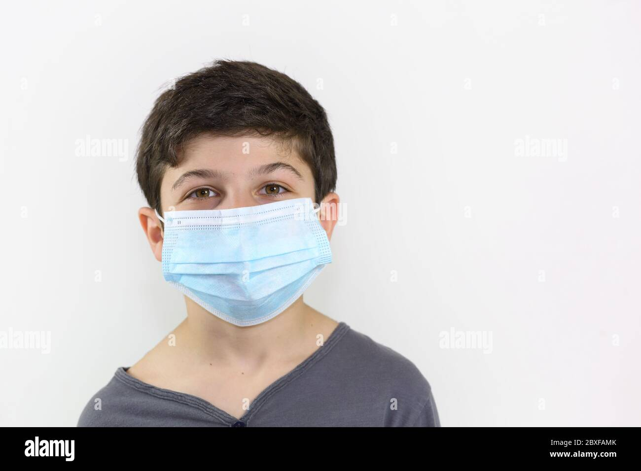 child with a surgical mask on the face - Covid-19 coronavirus barrier gesture well-protected and child who is not afraid to face the epidemic Stock Photo