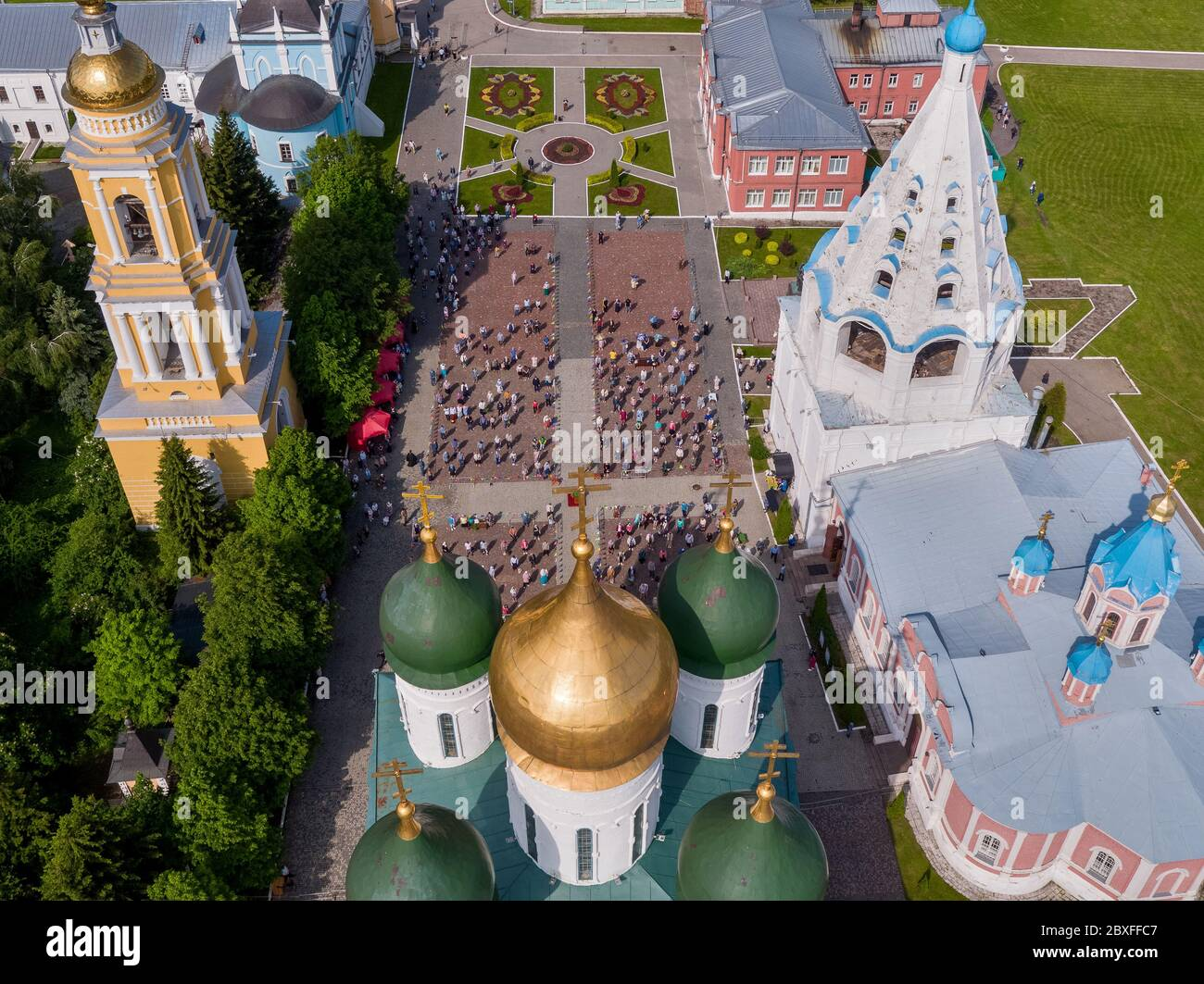 Kolomna, Moscow Region, Russia. 7th June, 2020. An aerial view of believers observing social distancing in front of the Assumption Cathedral during a religious service. On 21 May 2020, the Moscow Region authorities allowed people to take part in outdoor religious services and visit churches outside service hours. Credit: Dmitry Serebryakov/TASS/Alamy Live News Stock Photo