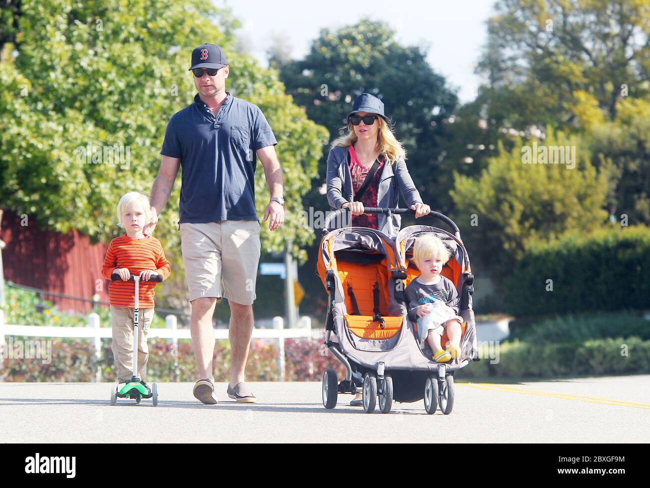 Naomi Watts and Liev Schrieber take boys Alexander and Samuel Schrieber to the Farmers Market, Brentwood, California. 2011 Stock Photo
