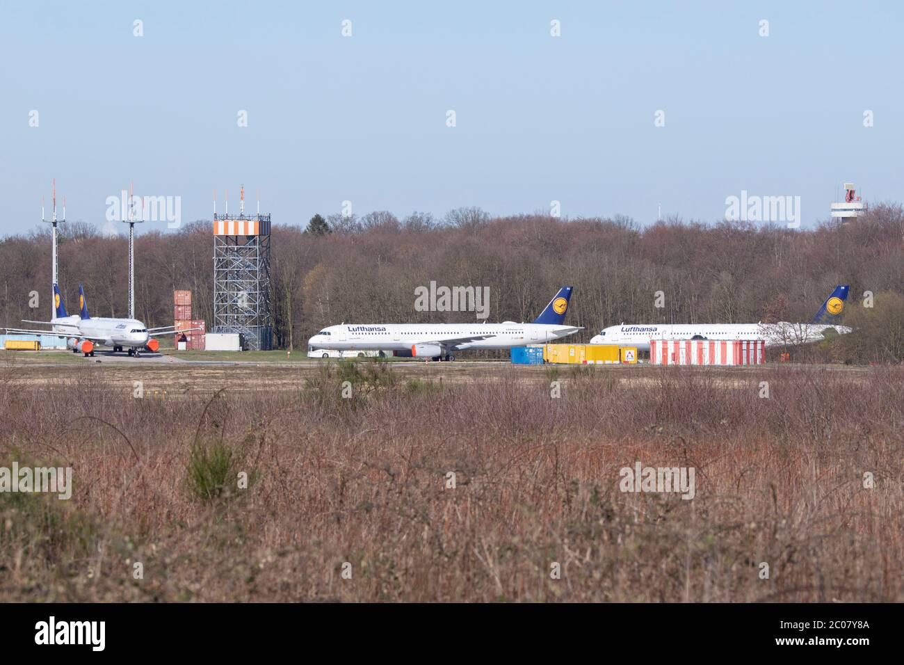 Abgestellte Flugzeuge als Folge der Flugannulierung im Zusammenhang mit der Corona-Krise am Flughafen Köln/Bonn. Köln; 22.03.2020 Stock Photo
