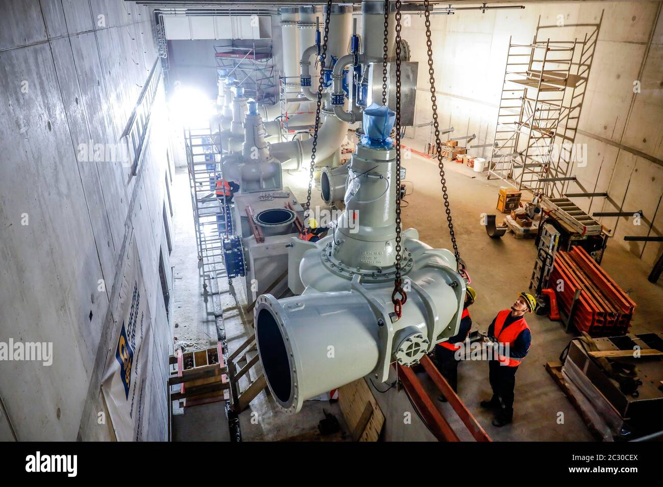 Installation of wastewater pumps in the new pumping station Oberhausen, new construction of the Emscher sewer, Emscher conversion, Oberhausen, Ruhr Stock Photo