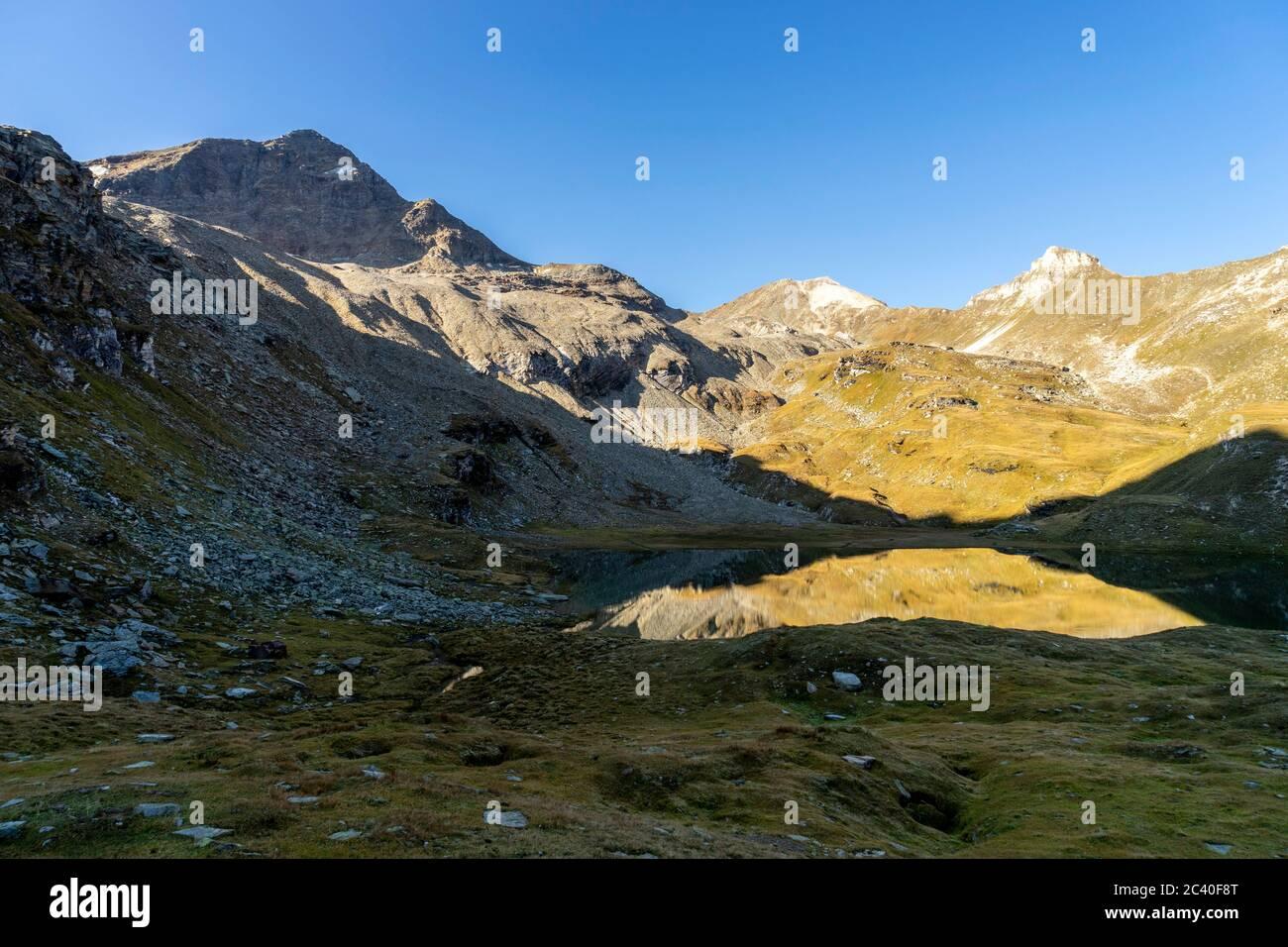 Fanellhorn, Wissgrätli und Bleschaturra (von links) über dem Guraletschsee, Zervreila-Region, Valser Tal, Graubünden Stock Photo