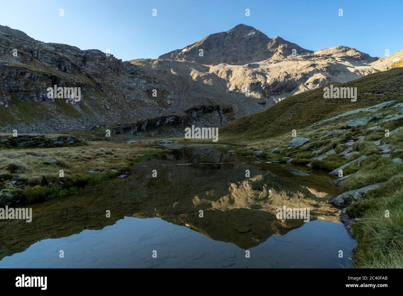 Das Fanellhorn spiegelt sich im Guraletschsee, Zervreila-Region, Valser Tal, Graubünden Stock Photo