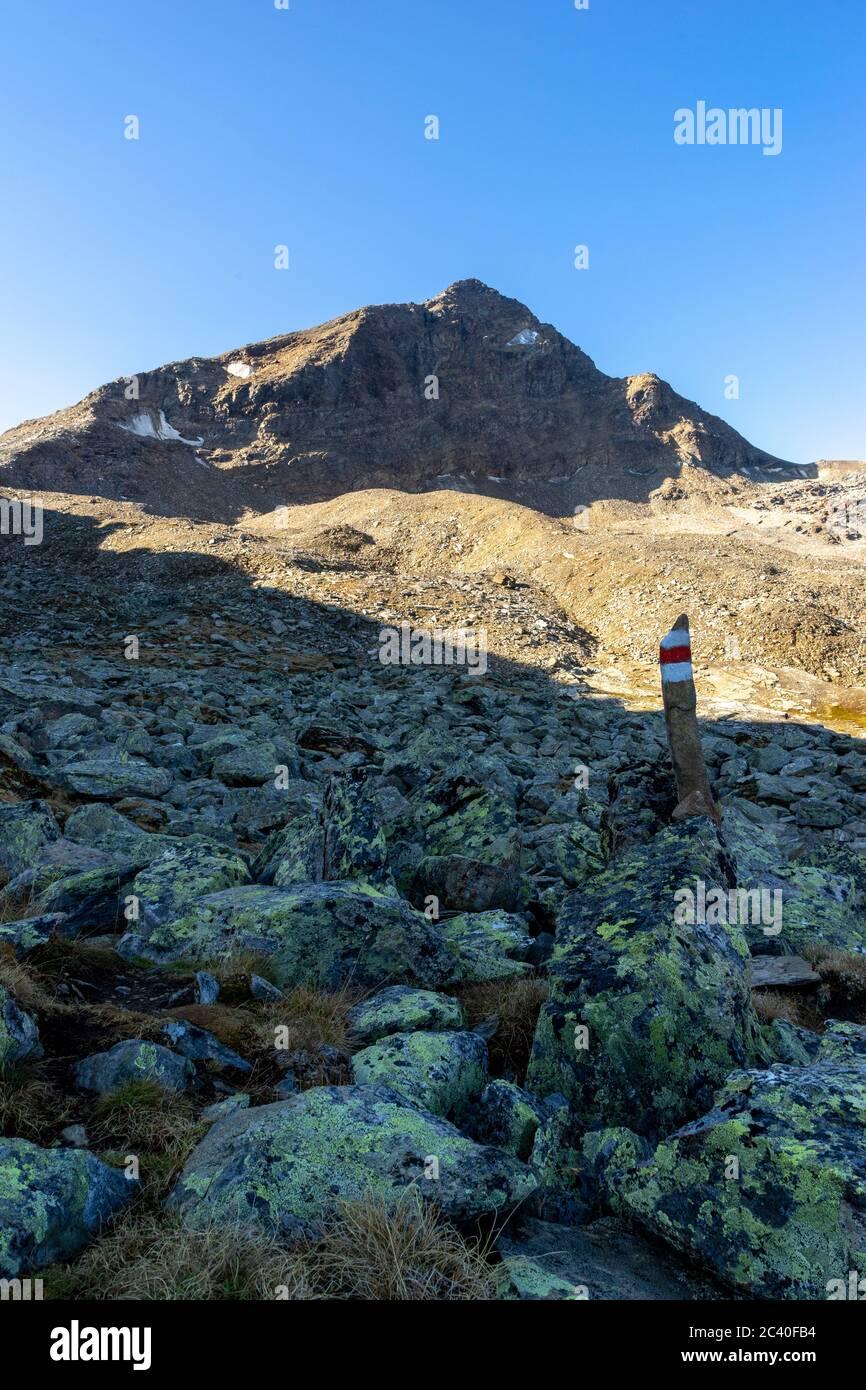 Farbmarkierung eines Bergwanderwegs vor dem Fanellhorn, Zervreila-Region, Valser-Tal, Graubünden Stock Photo