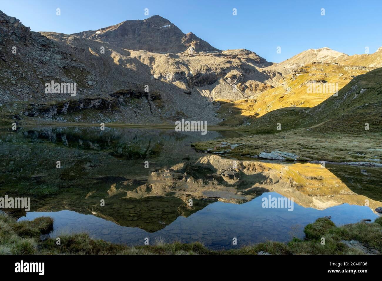 Das Fanellhorn (links) und das Wissgrätli spiegeln sich im Guraletschsee, Zervreila-Region, Valser Tal, Graubünden Stock Photo