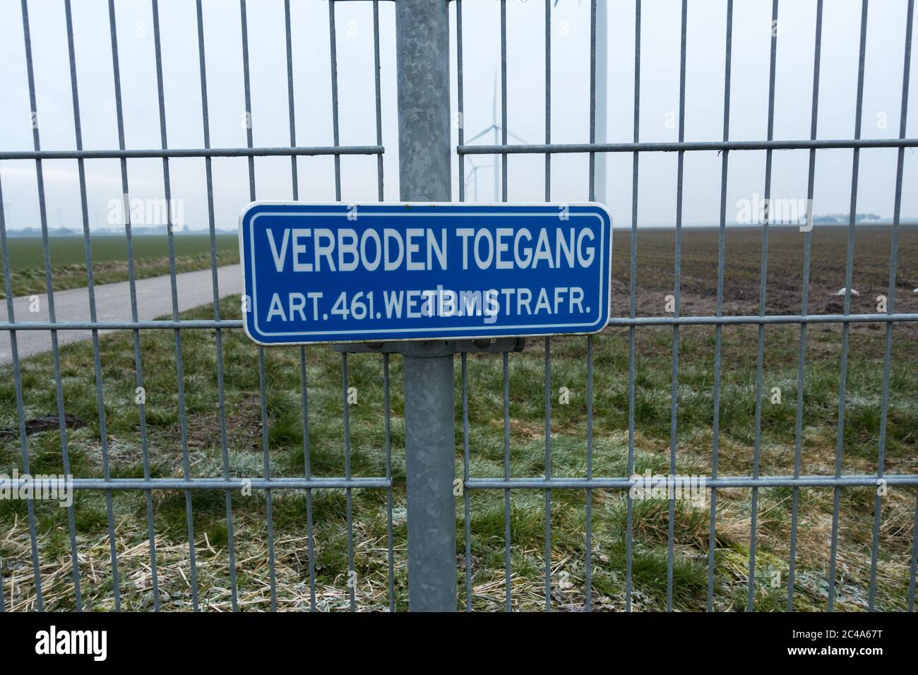 """Sign no access no entry on a fence Dutch article 461 saying """"entry prohibited, article 461 penal code"""" Stock Photo"""