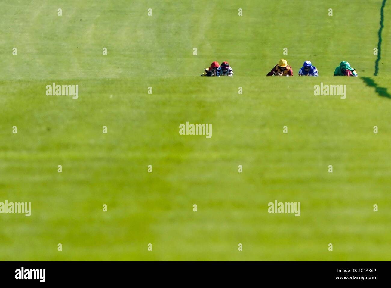 A general view of the runners in The leicester-racecourse.com Handicap at Leicester Racecourse. Stock Photo