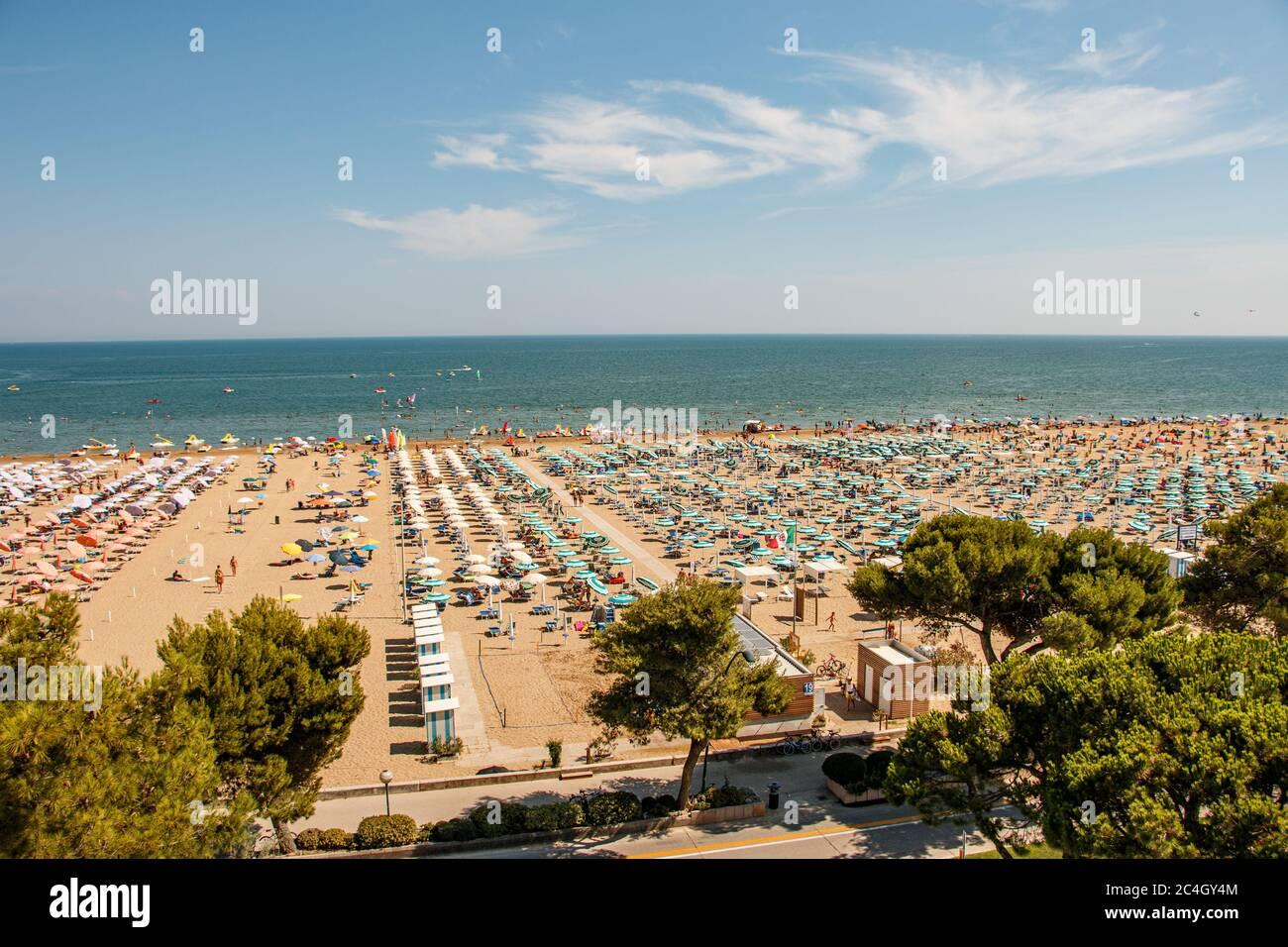 Überfüllter Strand am Meer Stock Photo