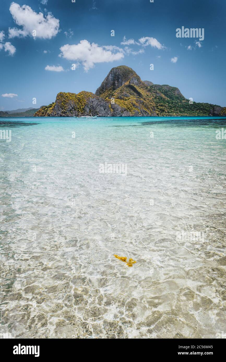 El Nido shallow bay with crystal clear water and Cadlao island on sunny day, Palawan, Philippines. Stock Photo