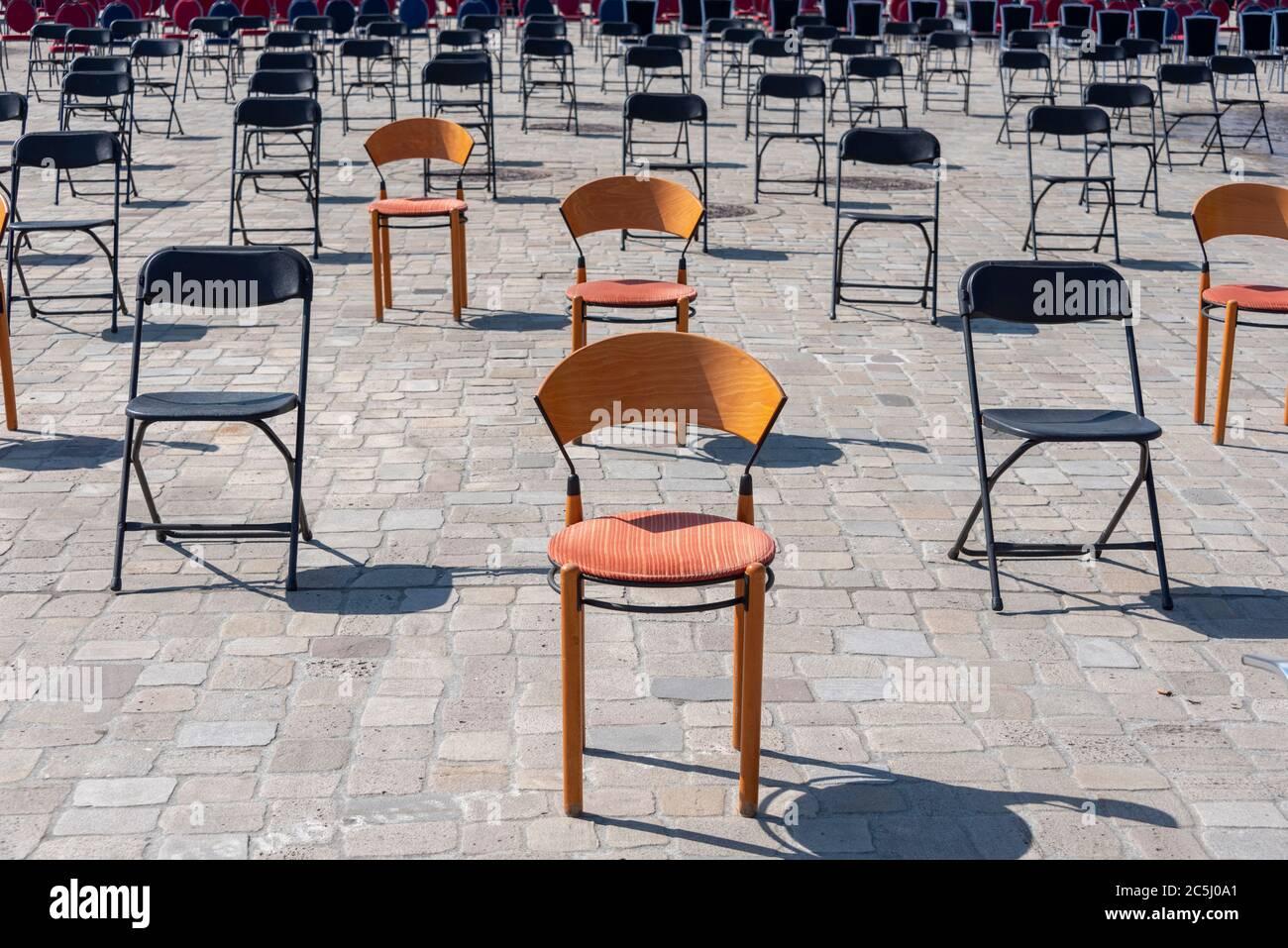 Rund 1000 leeren Stühle stehen auf dem Domplatz in Magdeburg. Restaurantbesitzer machten mit der Protestaktion auf die prekäre Situation der Gastronom Stock Photo