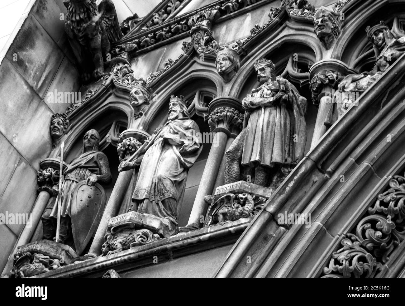 The stone carved detail of kings, in monochrome, on the exterior of Edinburgh's St Gilles Cathedral Stock Photo
