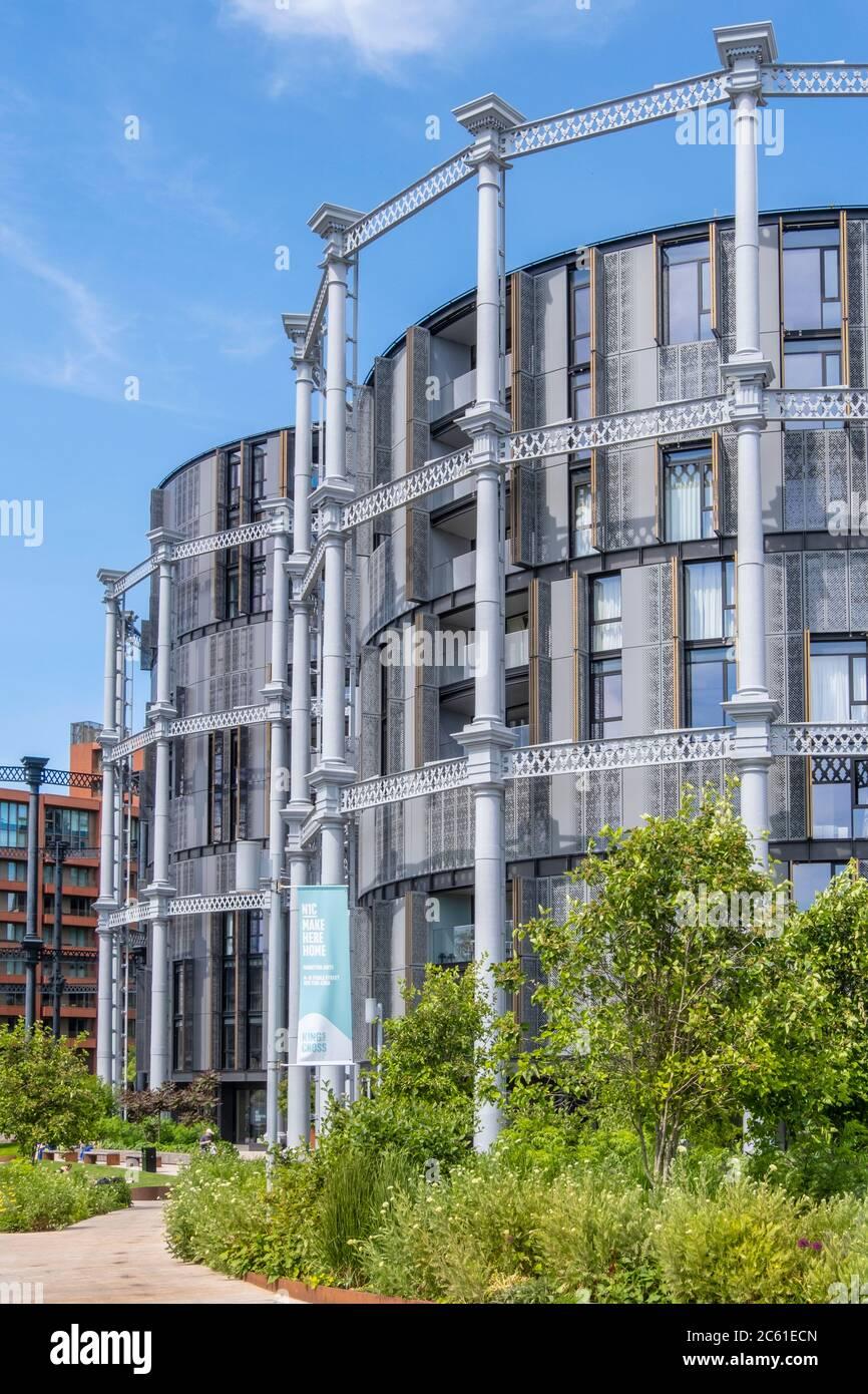 UK, London, King's Cross. The residential development at Gasholder Park next to Regent's Canal Stock Photo