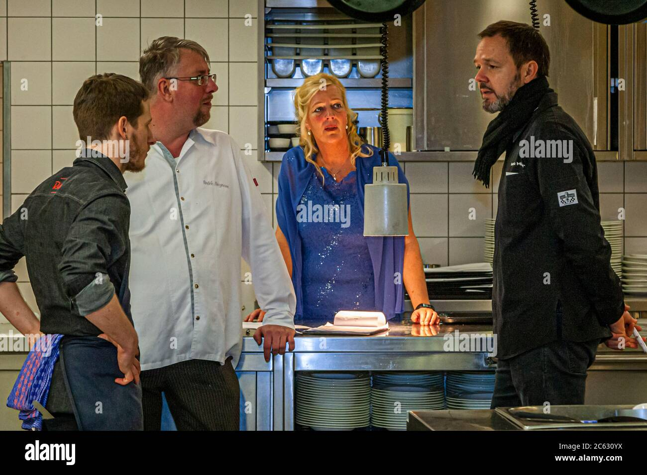 Five courses for 100 guests will soon be sent from here. André Siegmann, Karin Brockmeier and Marco Müller are ready. Michelin Star Chef Marco Müller in Sankt Peter-Ording, Germany Stock Photo