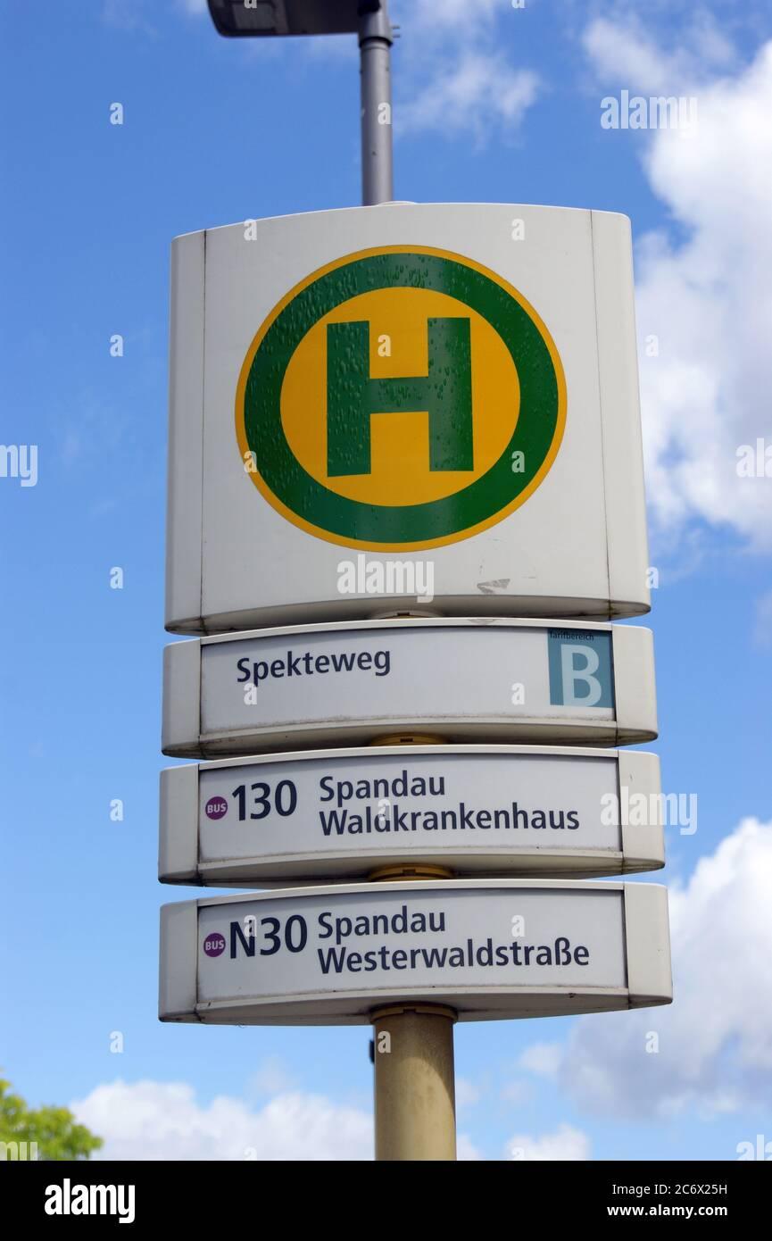 Die BVG-Haltestelle Spekteweg Ecke Zeppelinstraße in Berlin-Spandau Stock Photo