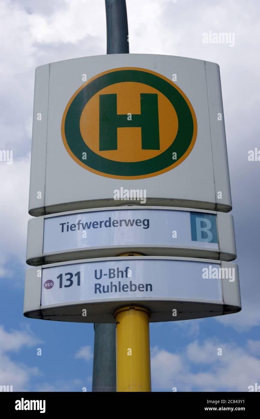 Die BVG-Haltestelle Tiefwerderweg in Berlin-Spandau Stock Photo