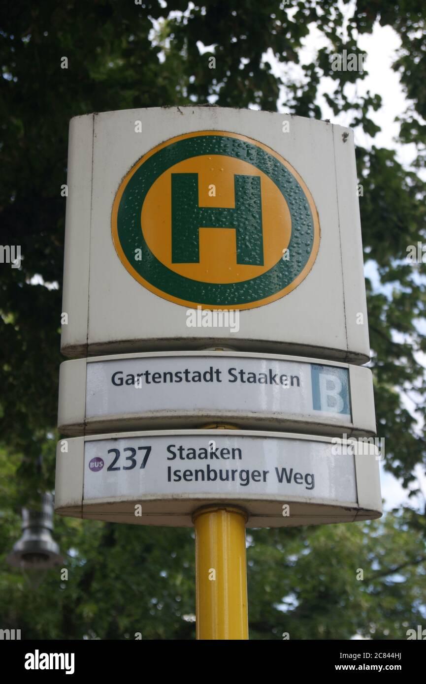 BVG-Bushaltestelle Gartenstadt Staaken in Berlin-Spandau Stock Photo
