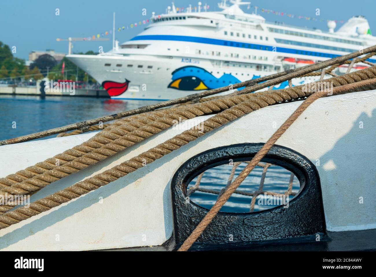 Festmacherklüse eines Segelschiffes, im Hintergrund AIDA cara am Ostseekai in Kiel Stock Photo