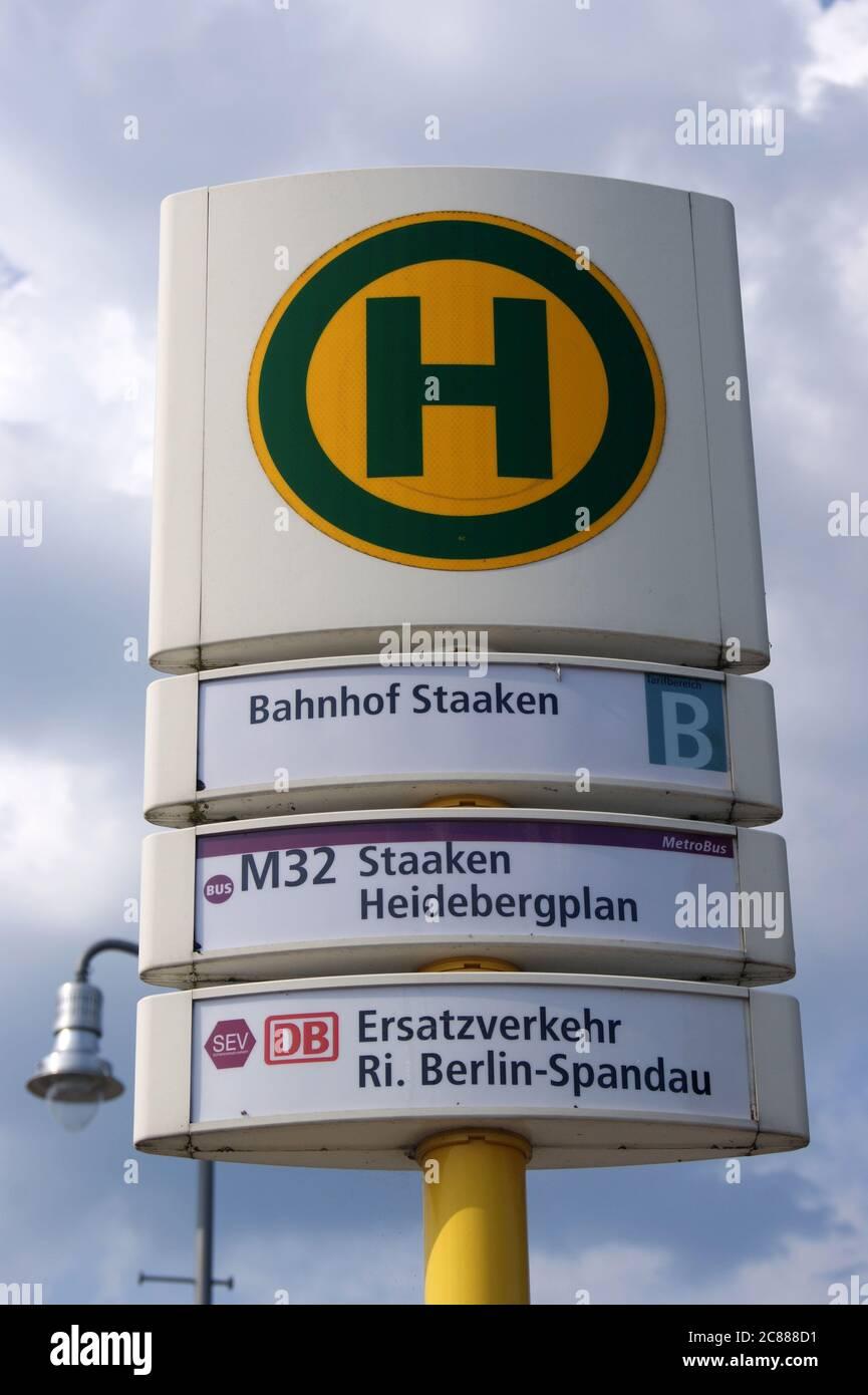 BVG-Bushaltestelle am Bahnhof Staaken Stock Photo
