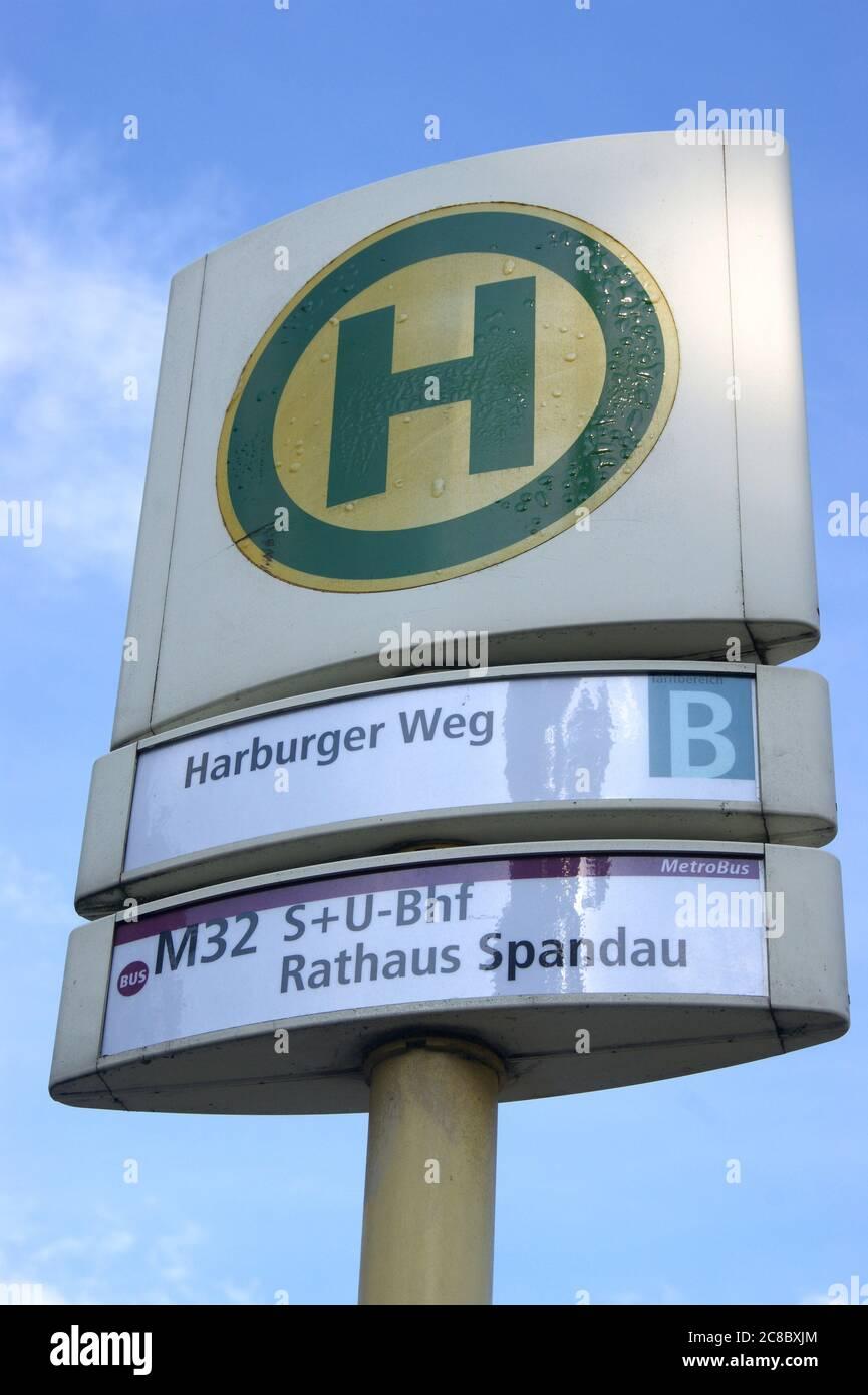 BVG-Bushaltestelle Harburger Weg in Berlin-Spandau Stock Photo