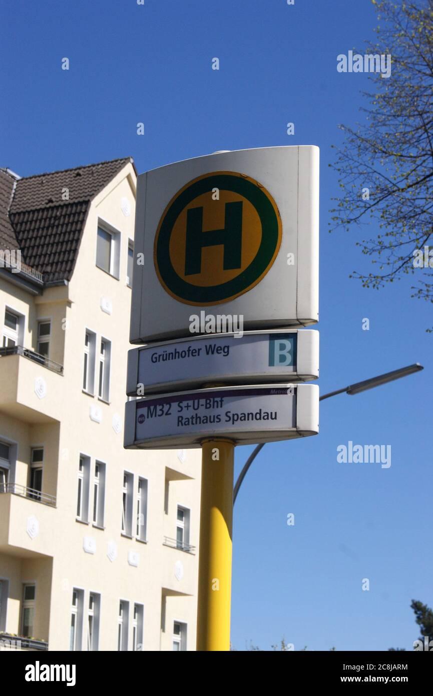 BVG-Haltestelle Grünhofer Weg in Berlin-Spandau Stock Photo